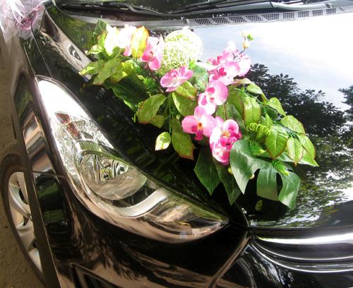 Украшения на машину - цветы на капот